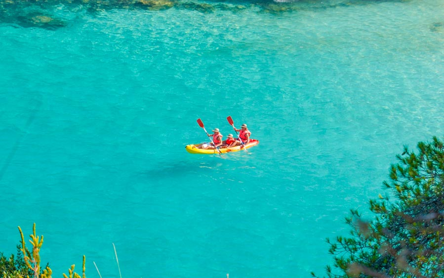 familia-con-kayaks-en-Menorca