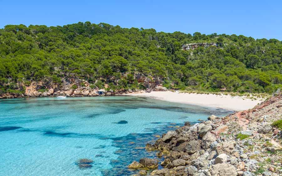 playa-cala-algaiarens-una-de-las-mejores-playas-del-norte-de-Menorca